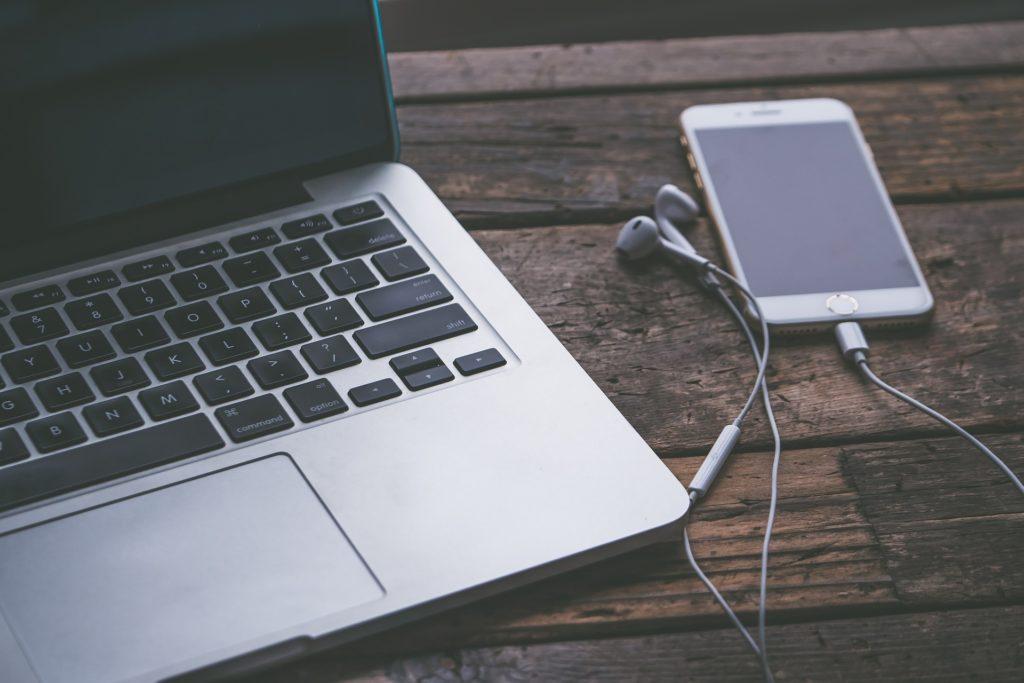 Come passare da Android ad iPhone. Macbook, iPhone e cavetti.